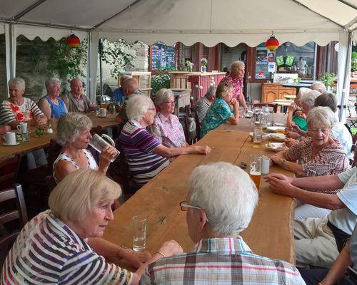 Die Seniorensportgruppe auf kleiner Wanderung